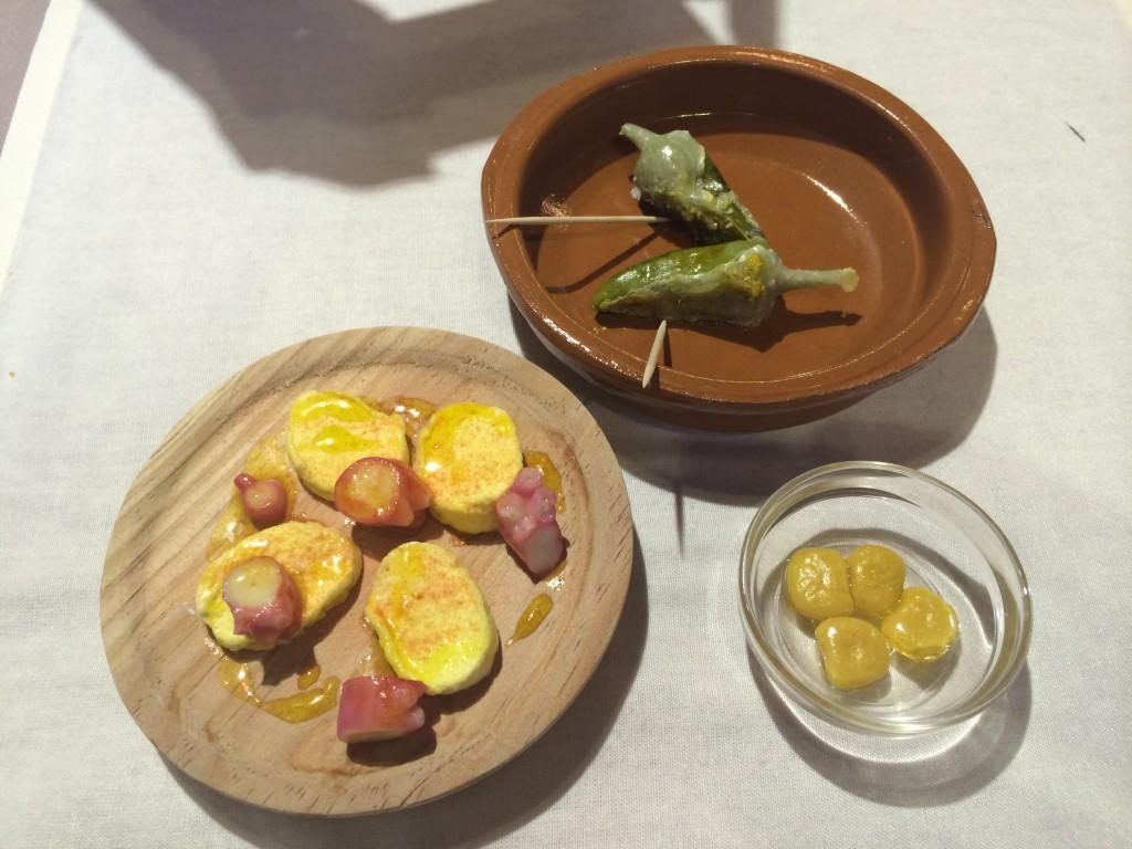Trampantojos de pulpo, altramuces y pimientos de padrón