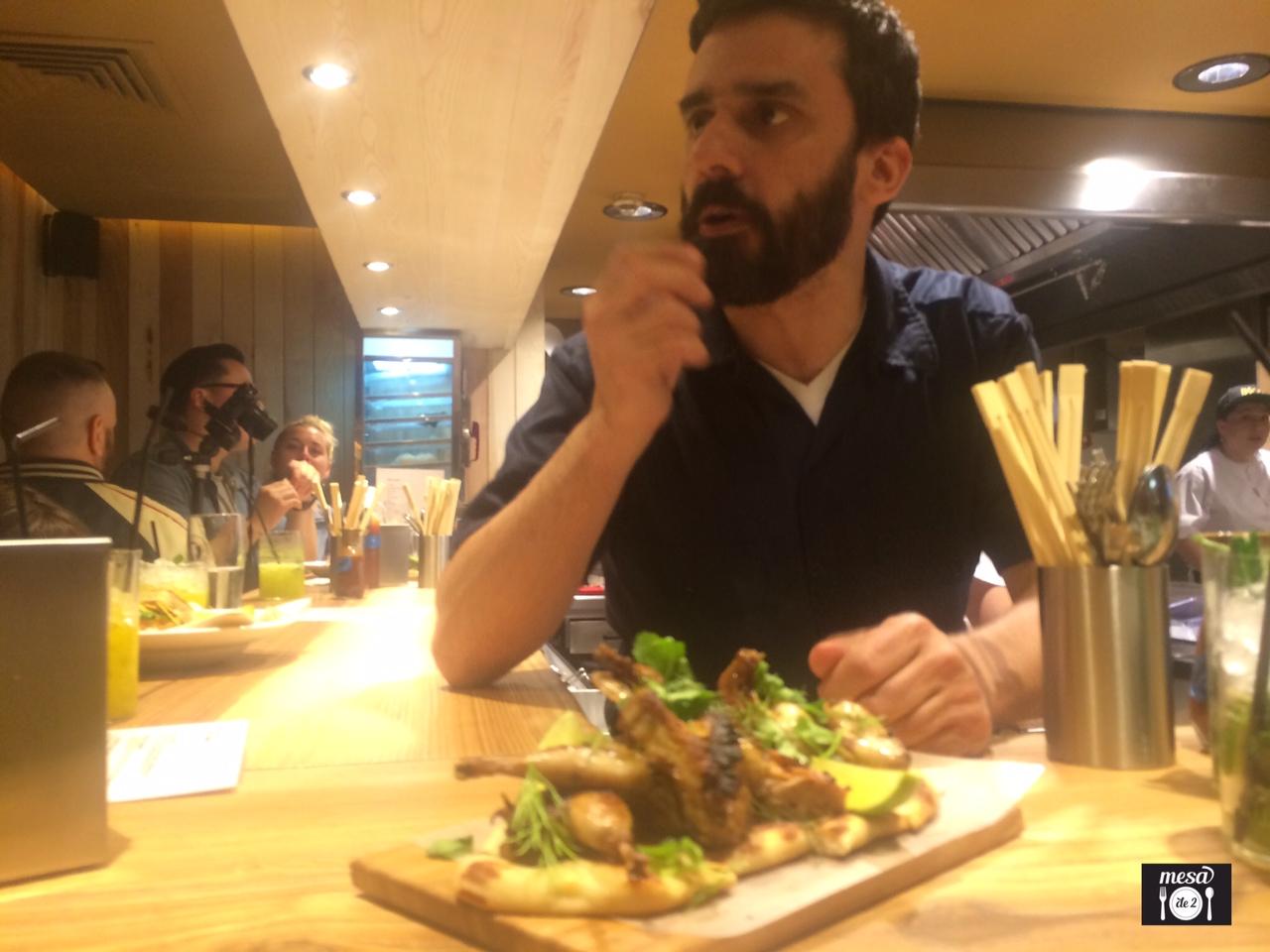 Estanis Carenzo explicando la creación del plato