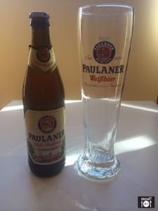 Cerveza y vaso de Paulaner