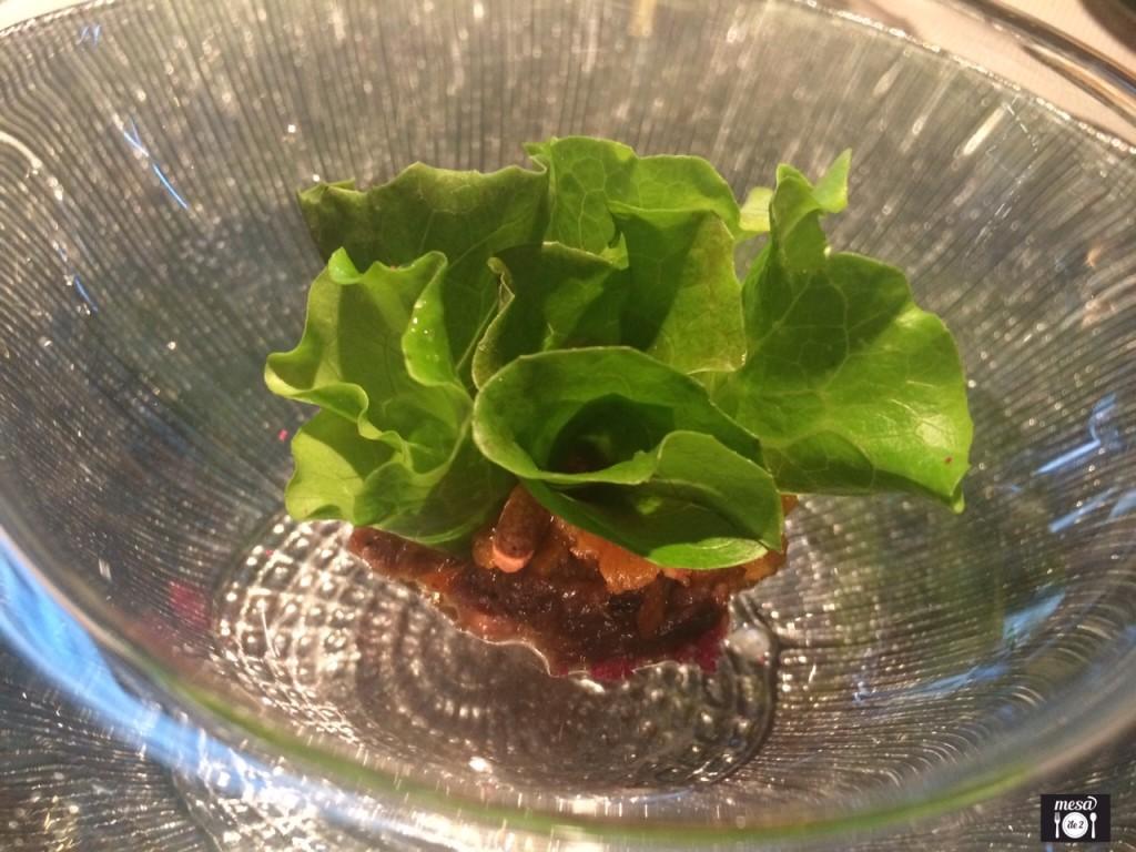 Lechuga romana boody mary, con estofado de morcillo de ternera a las especias africanas ahumado con madera de olivo y tierra de acelga con bíter y lima