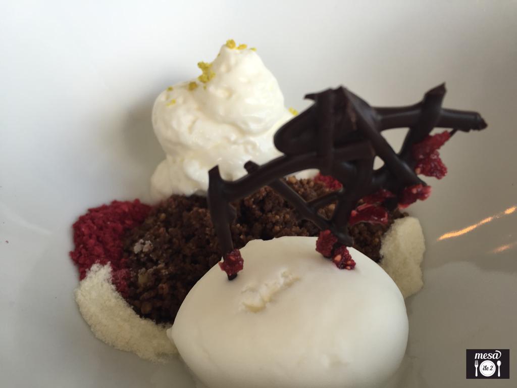 Migas de Chocolate con Frambuesa y Helado de Yogurt
