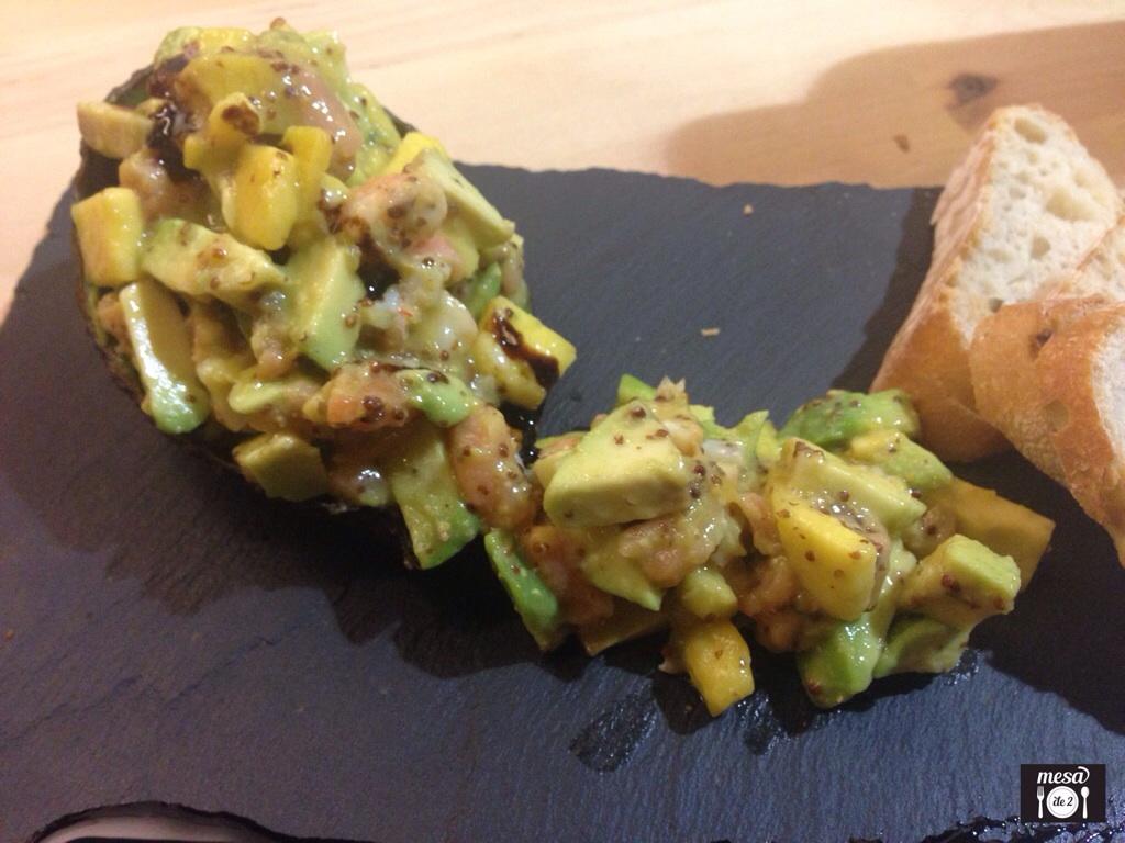 Concha exótica de Salmón Ahumado con Langostinos y salpicón de aguacate y mango.