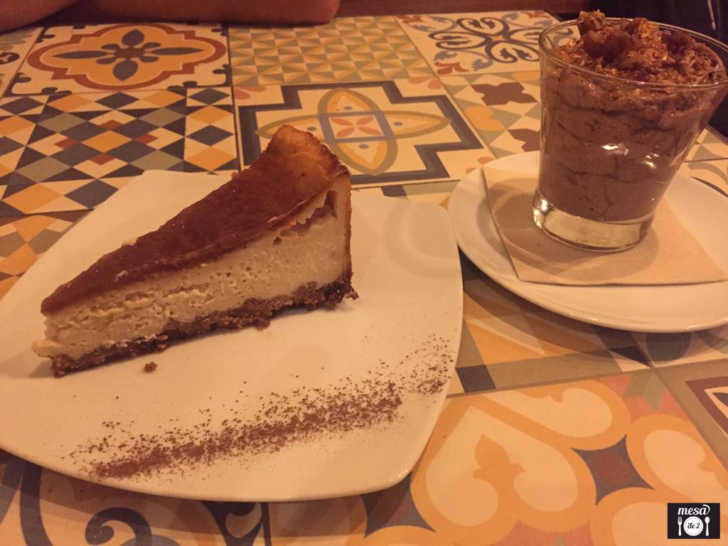 """Tarta de """"queso"""" y Mousse templada de chocolate con dátiles y praliné"""