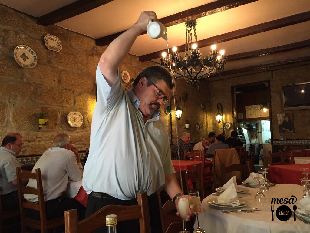Maestría a la hora de servir el vino verde de la casa