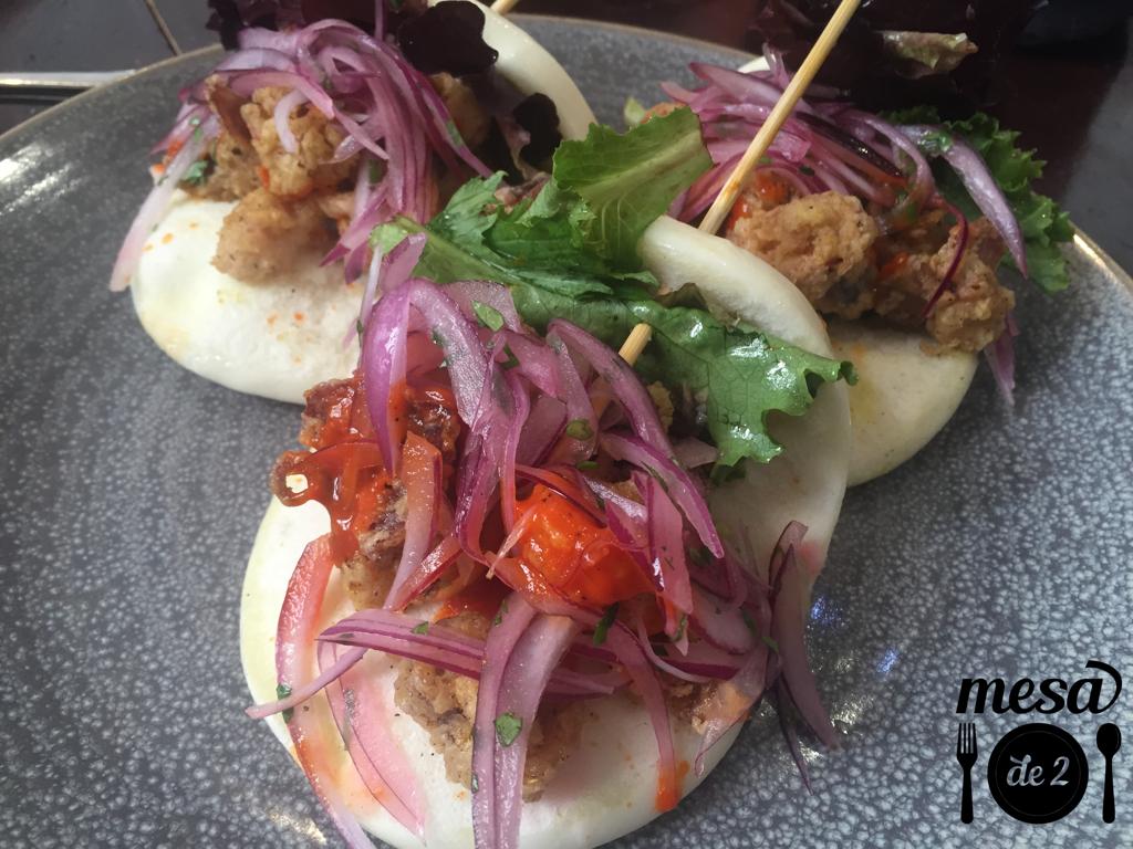 Pan bao con cebolla roja y calamares