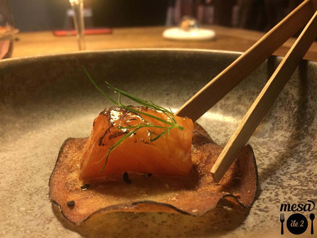 Salmón ahumado y marinado en miso sobre berenjena frita y berenjena en escabeche