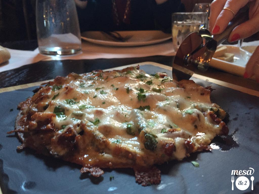Pizza de trigueros, maíz, tomate seco y queso manchego
