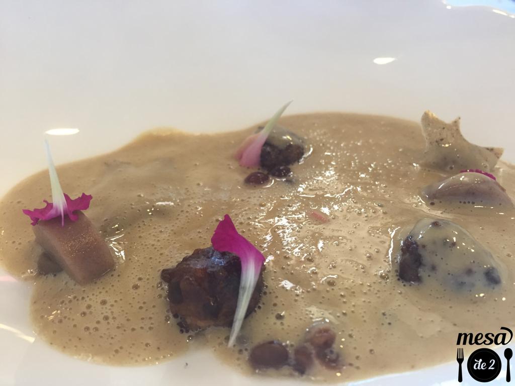 Albóndigas de Pato, con royal de lentejas, crujiente de castañas y caldo foie gras