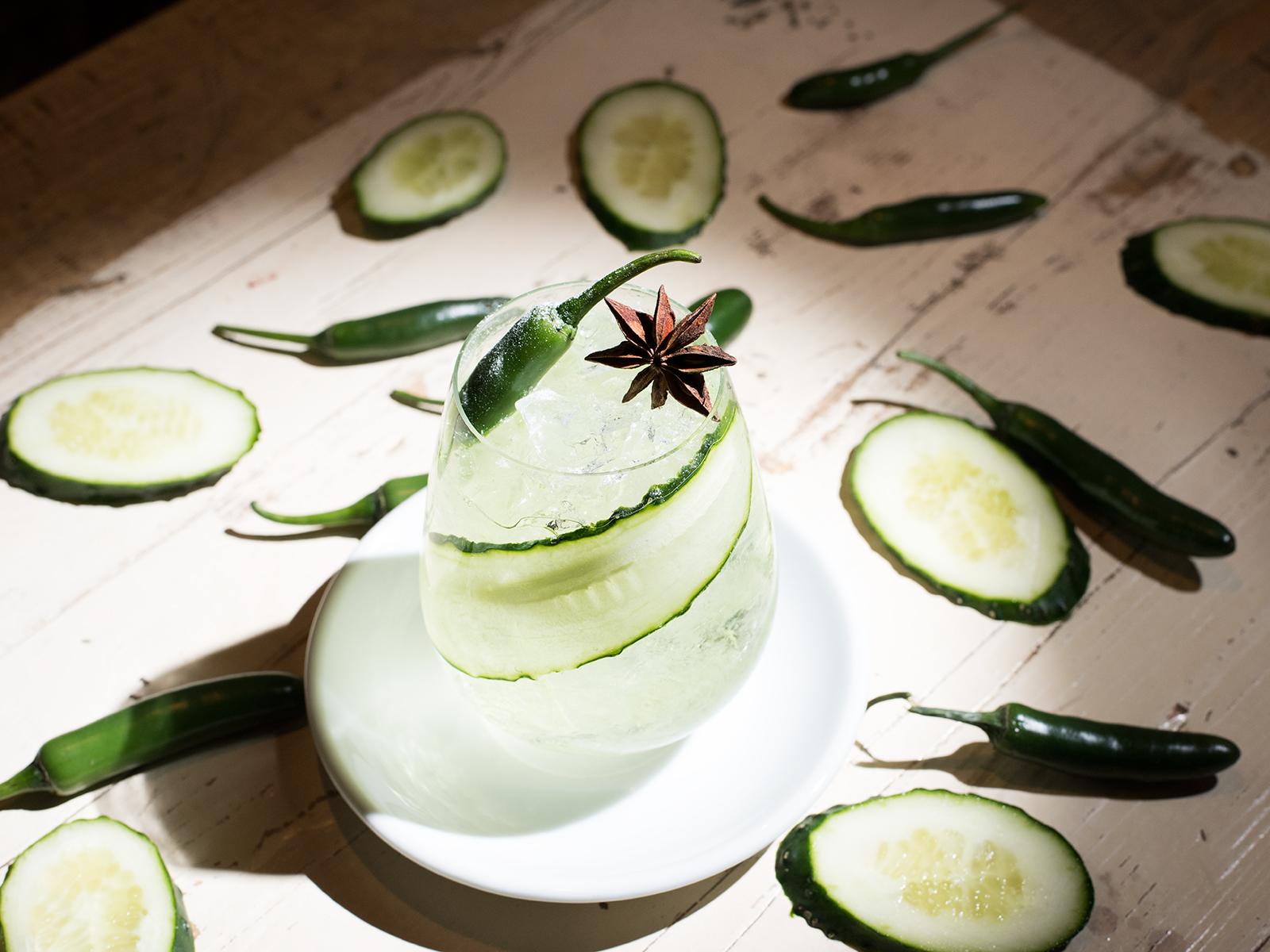 Yin Yan con gin sake, lima, pepino, bíter de apio y chile habanero de Saporem