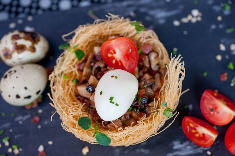 Nido de setas de temporada con jamón ibérico y huevo confitado La Esquina de Abascal en La Esquina de Abascal