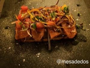 Corte de salmón ahumado con cítricos sobre pan de aceite