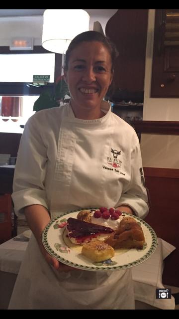 La chef Vanessa San José con los postres caseros de la casa