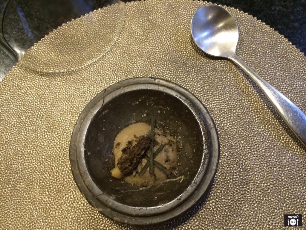 Colmenilla con cebolla tostada, pistacho y papada ibérica.
