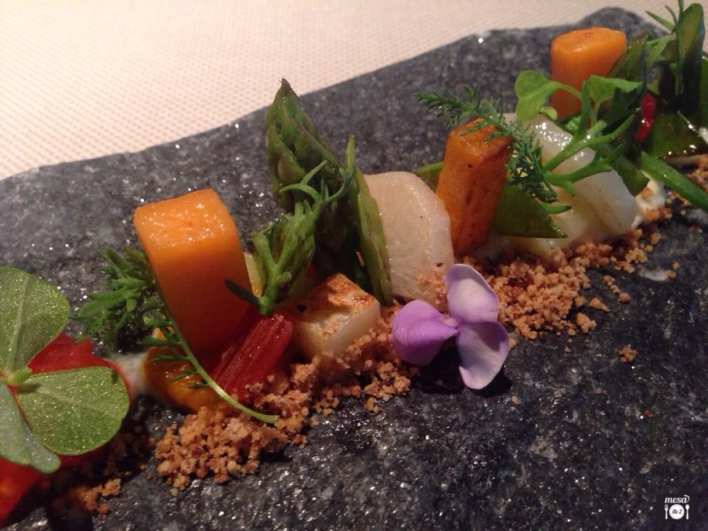 Verduras ahumadas al sarmiento, picantes y amargas con calabaza especiada, lascas de ibérico, apio asado, brotes orgánicos y jalapeños macerados en pisco con tierra de cebolla