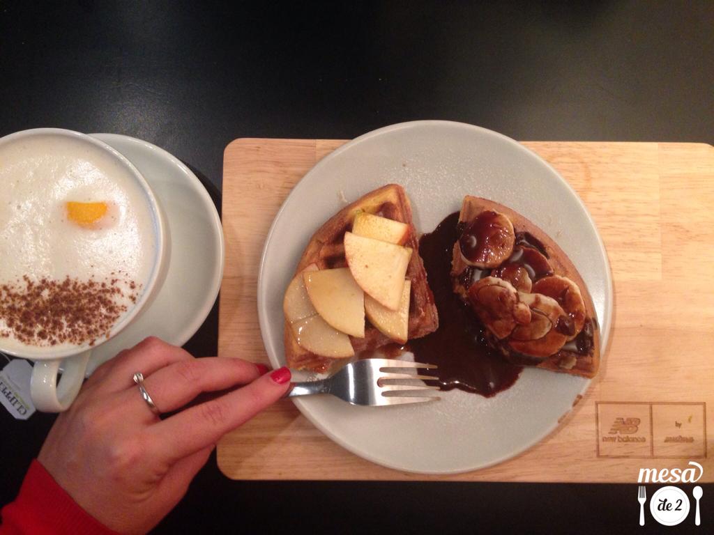 Gofre con sirope de arce y manzana y Chai Latte de New Balance By Mistura