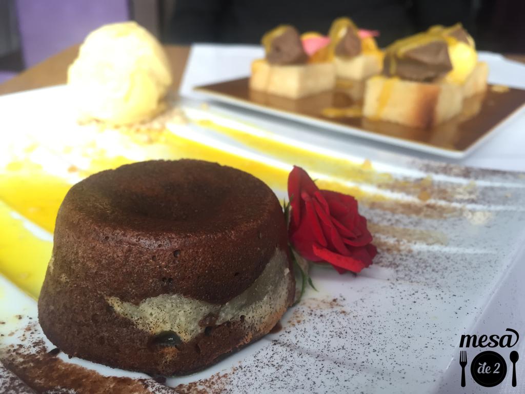 oufflé de chocolate y maracuyá con coulis de limón y helado de pimienta de Sichuán
