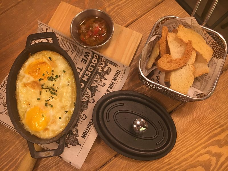 Cocotte de huevo, cebolla y gorgonzola con pipirrana